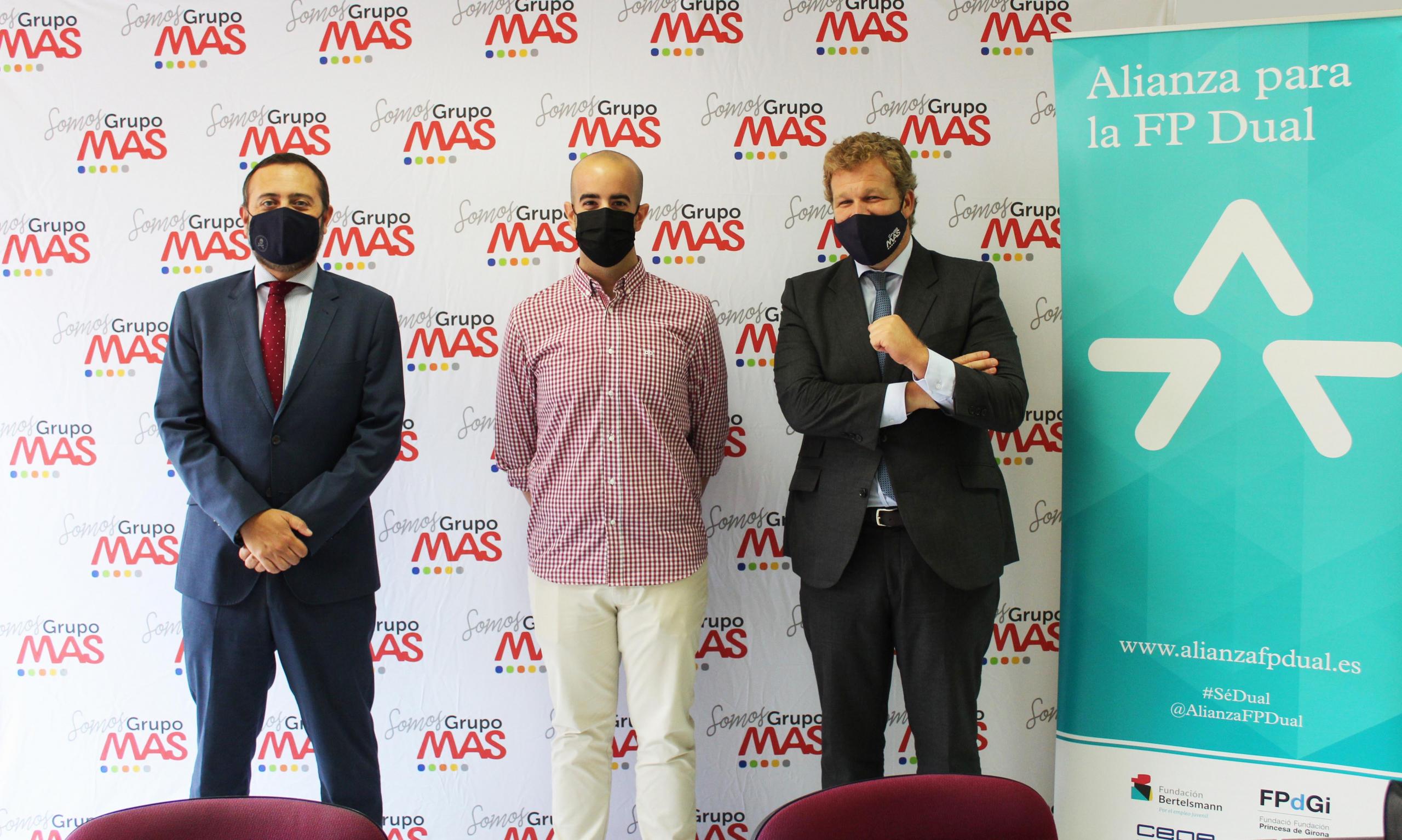 Ignacio de Benito y Jerónimo Martín junto a David Moya, alumno de FP Dual en Grupo MAS